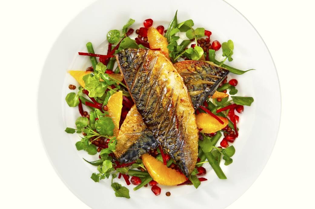 Makrele mit fruchtigem Salat