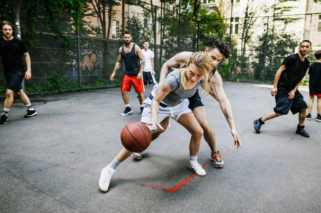Gruppe Menschen beim Basketball