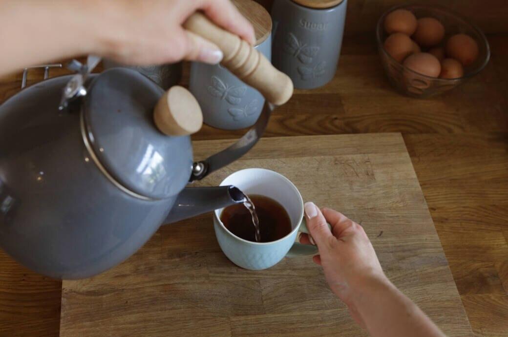 Eine Tasse Tee wird aufgebrüht