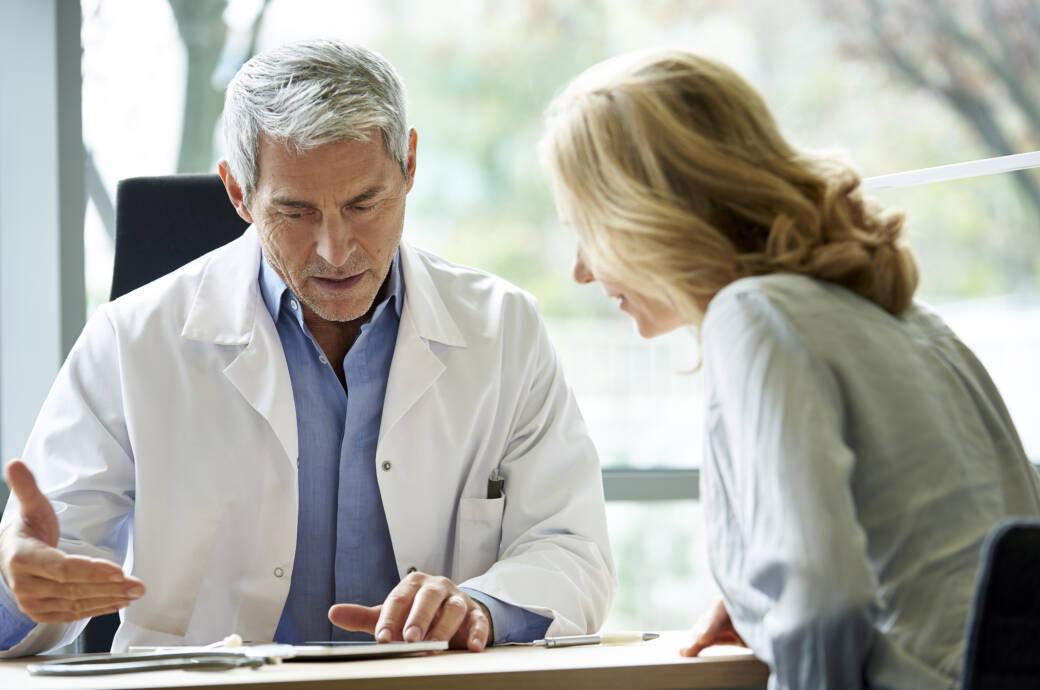 Ein Arzt im Gespräch mit einer Patientin