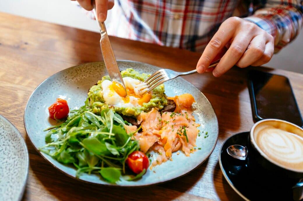 Avocado, Lachs und Eier auf einem Teller
