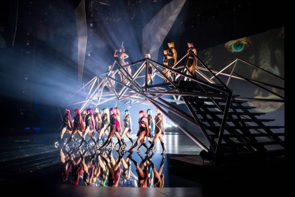 """Tänzer und Tänzerinnen des Friedrichstadt-Palasts bei einer Probeaufführung für die aktuelle Show """"VIVID - Grand Show"""""""