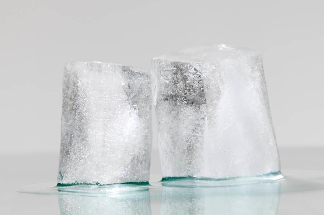 Ein Eisblock schmilzt