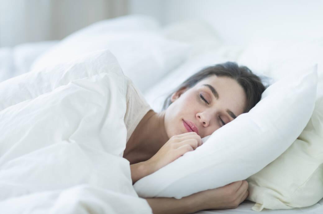 Schlafende Frau mit Kopfkissen