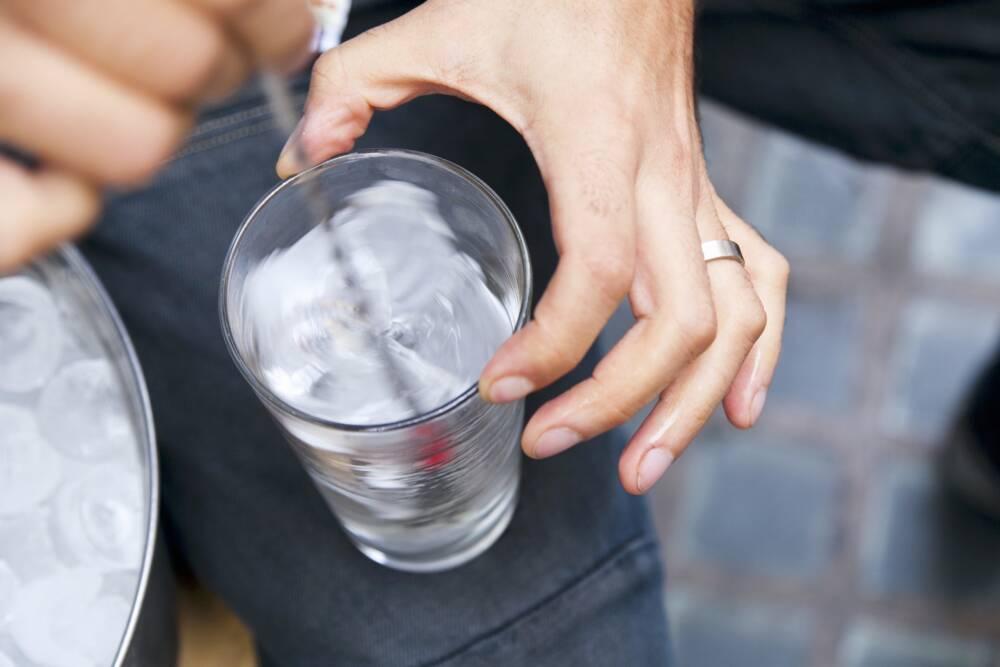 Pulver wird in Getränk gerührt