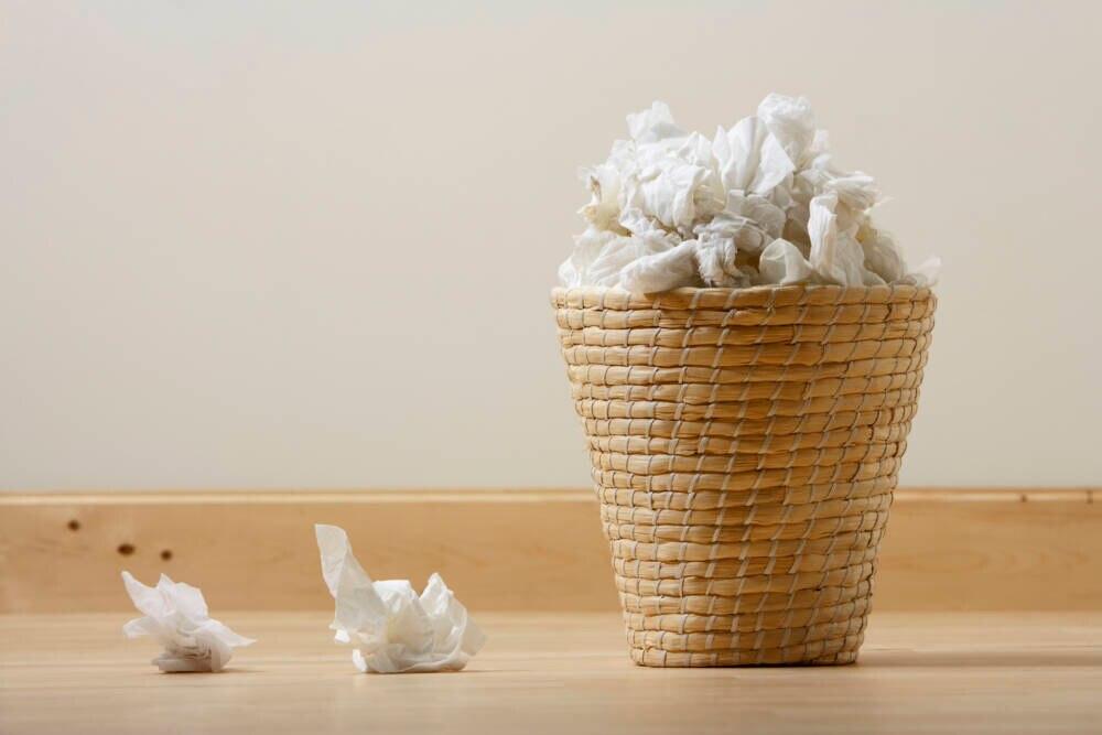 Papierkorb mit Taschentüchern