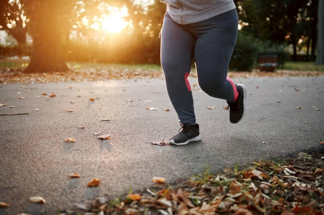 Übergewichtige Frau beim Joggen