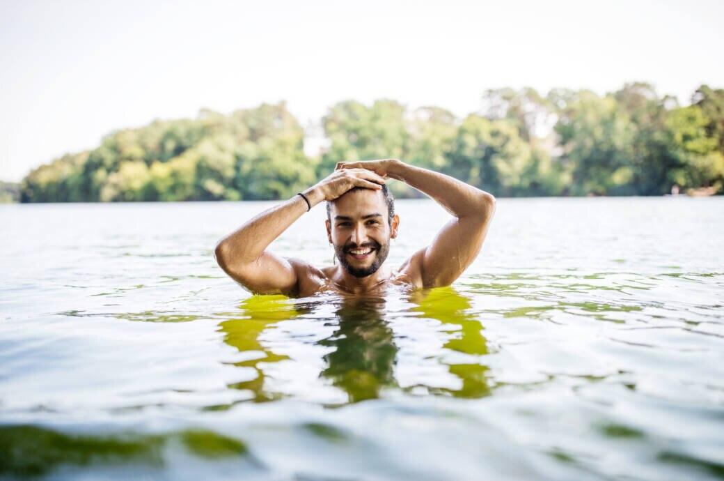 Ein Mann schwimmt in einem See