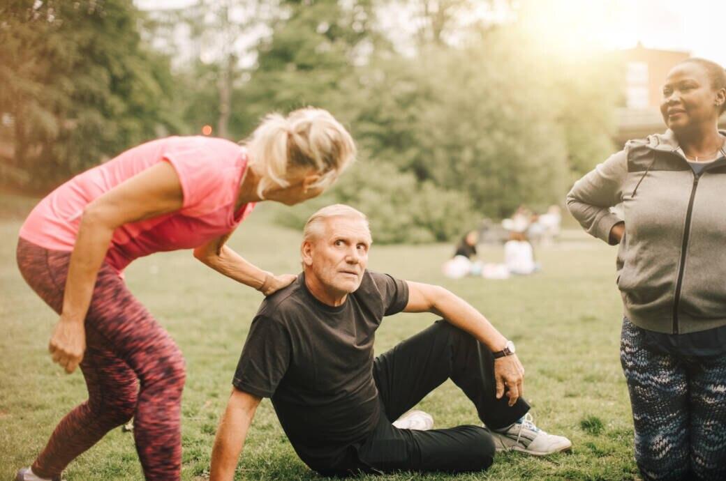 Fitnesstrainerin mit Senioren