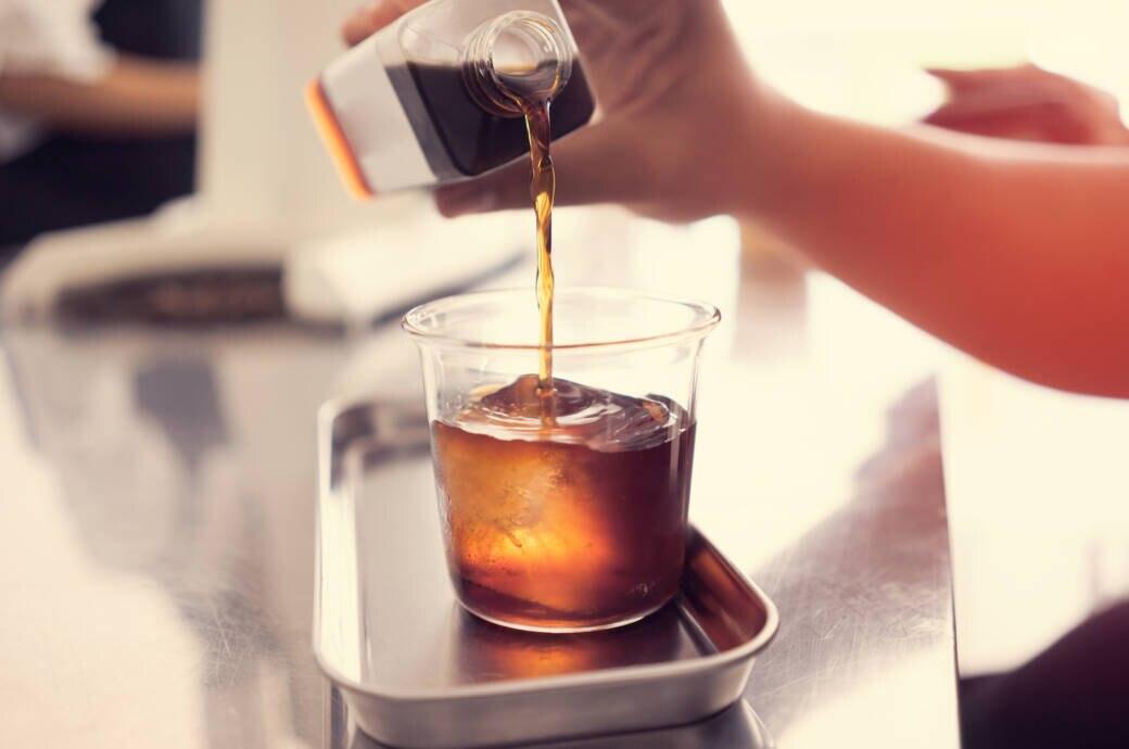 Ein Glas mit Cold Brew Coffee