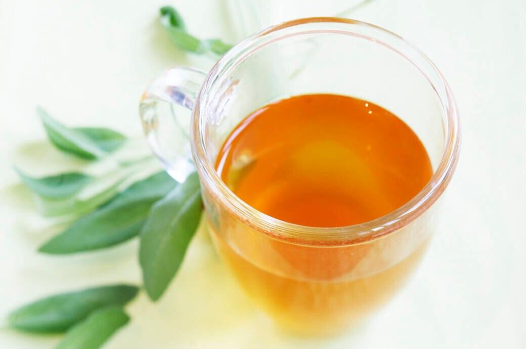 Warum Sie bei Erkältungen und Zahnschmerzen auf Salbeitee setzen sollten