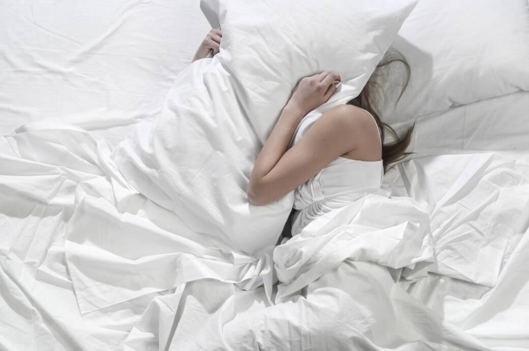 Frau wälzt sich im Bett