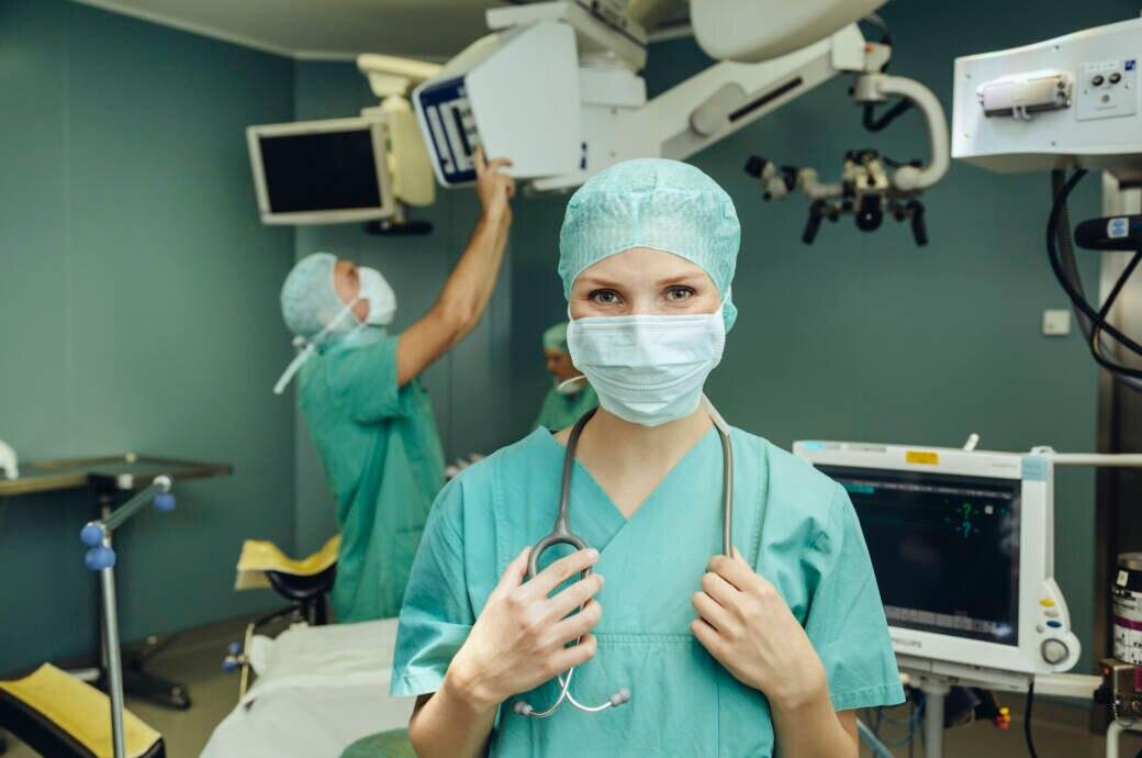 Ein Ärztin im Operationssaal