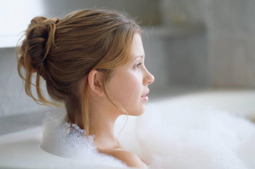Eine junge Frau in einer Badewanne