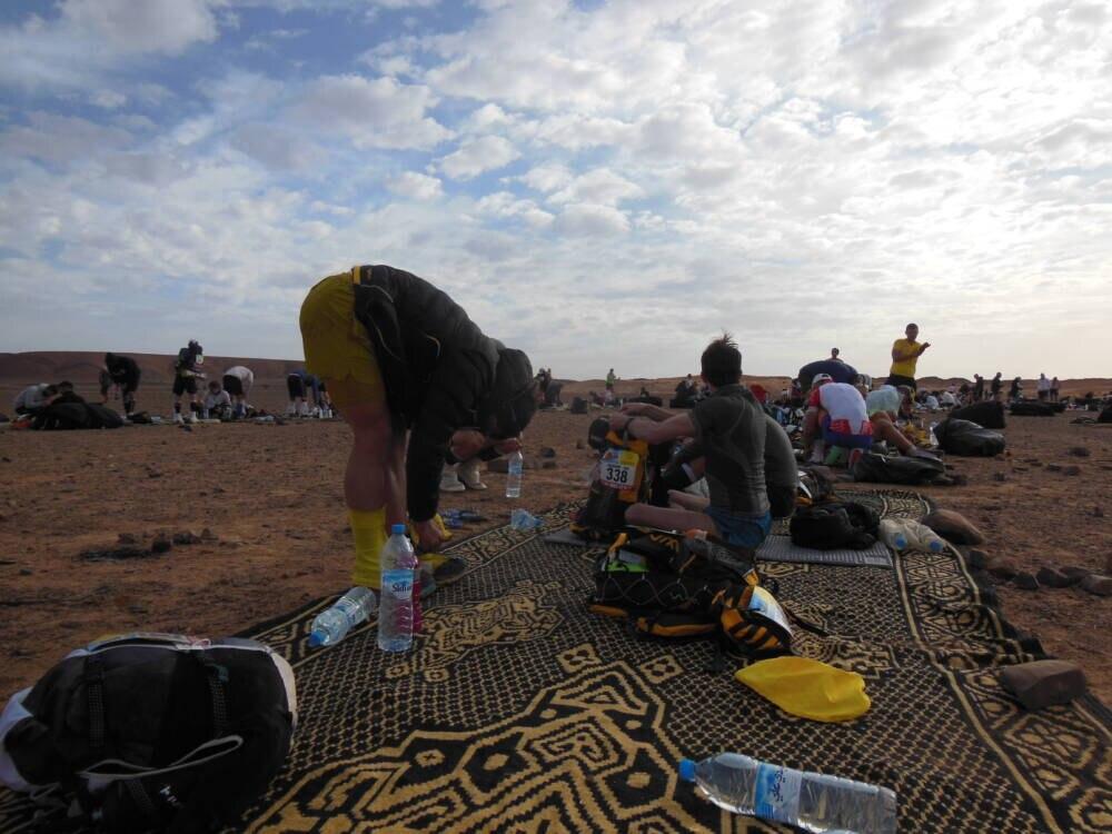 Fertig machen für den Tag: Zeltlager beim Marathon des Sables