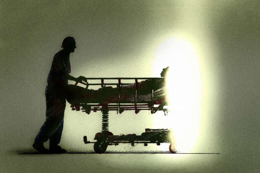 Eine schwerkranke Person wird von einem Pfleger ins Licht geschoben