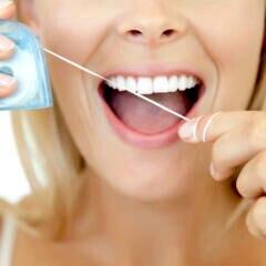 Frau mit Zahnseide