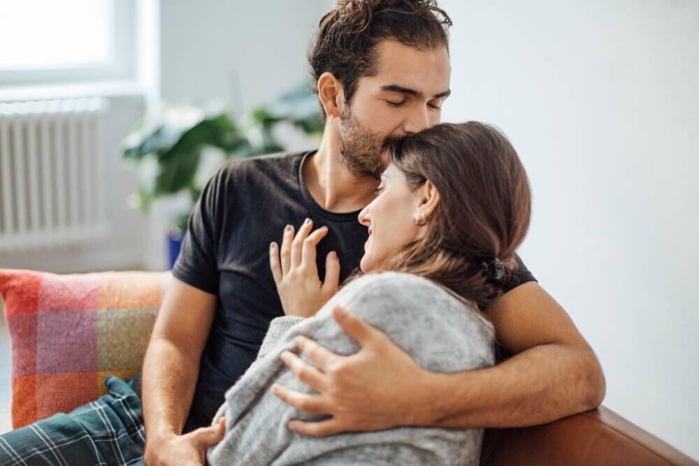 Mann umarmt Freundin