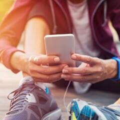 FITBOOK-Kalorienrechner: Frau am Smartphone