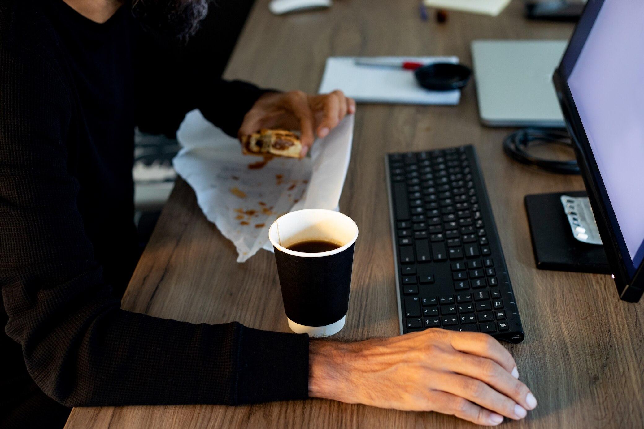 So wirken sich lange Arbeitstage auf Ihr Gewicht aus