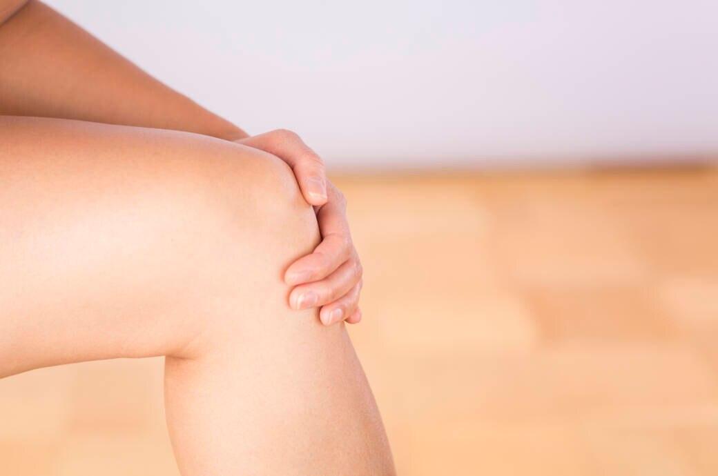 Frau hält ihr Knie
