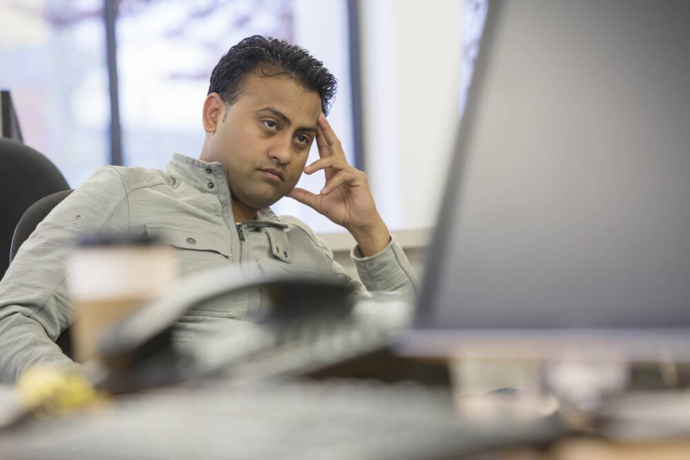 Frustrierter Büroarbeiter am Schreibtisch