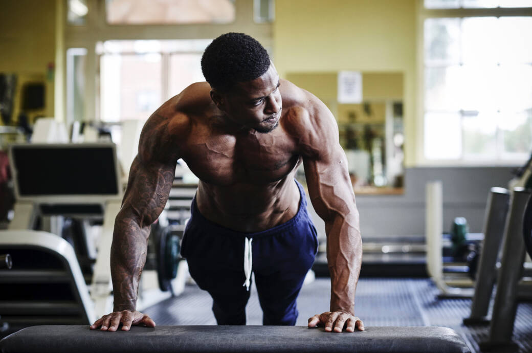Massephase: Muskulöser Mann beim Training im Fitnessstudio