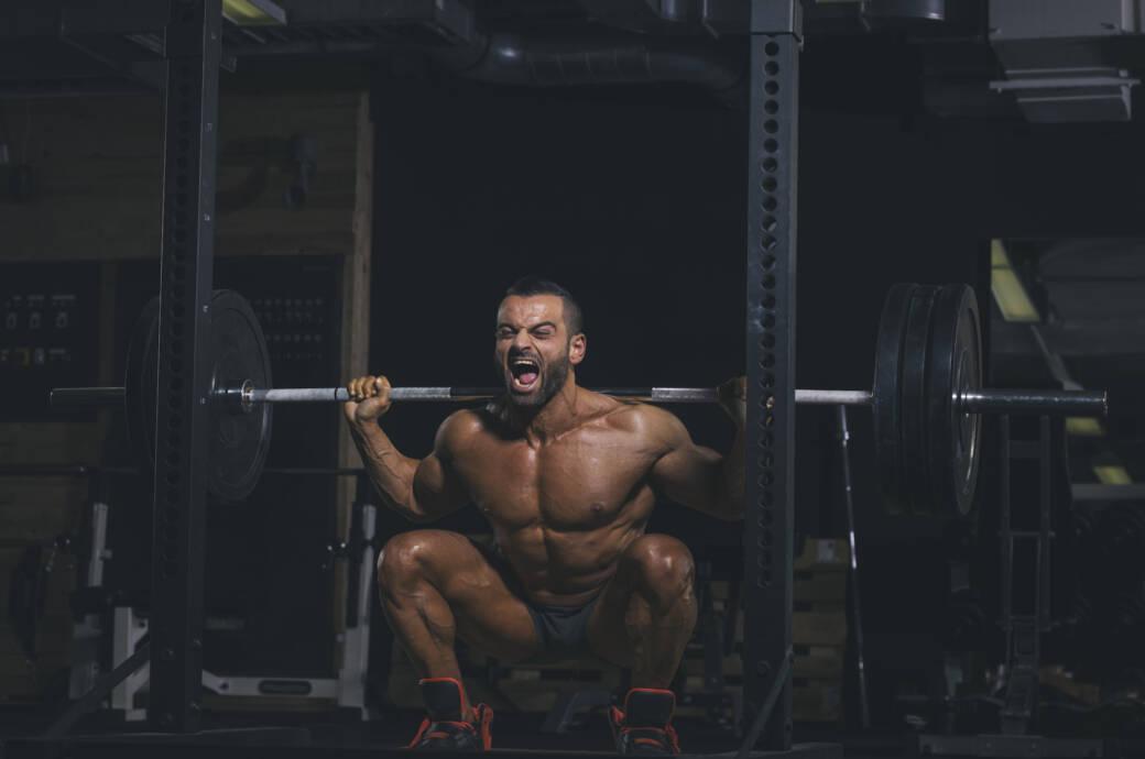 Bodybuilder beim Kniebeugen