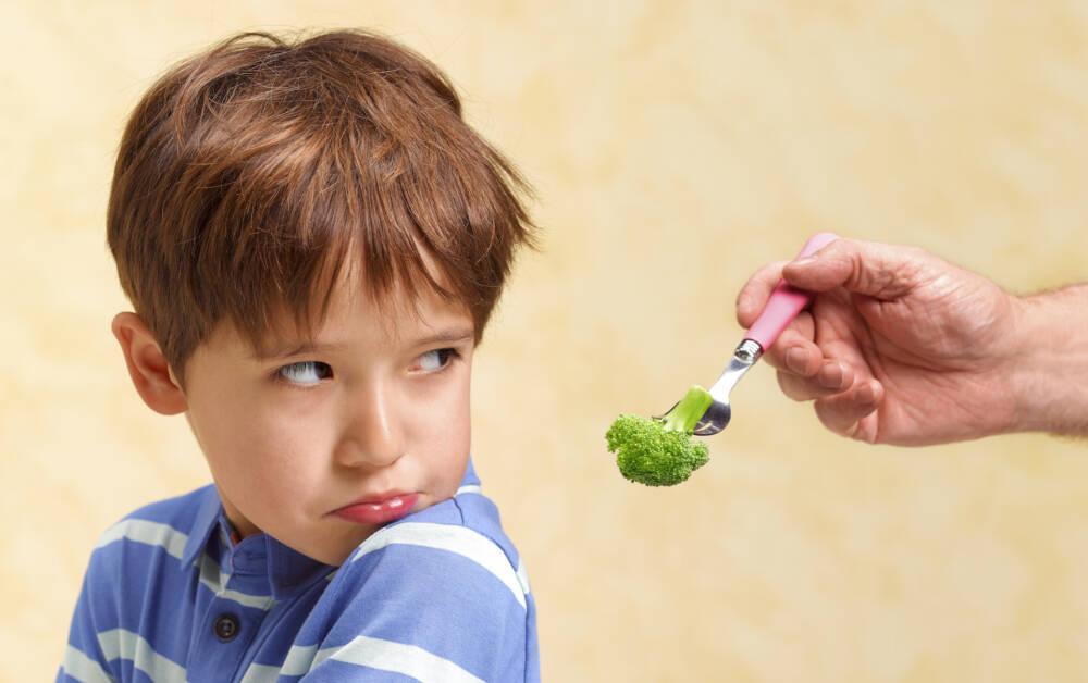 Kind weigert sich, Brokkoli zu essen