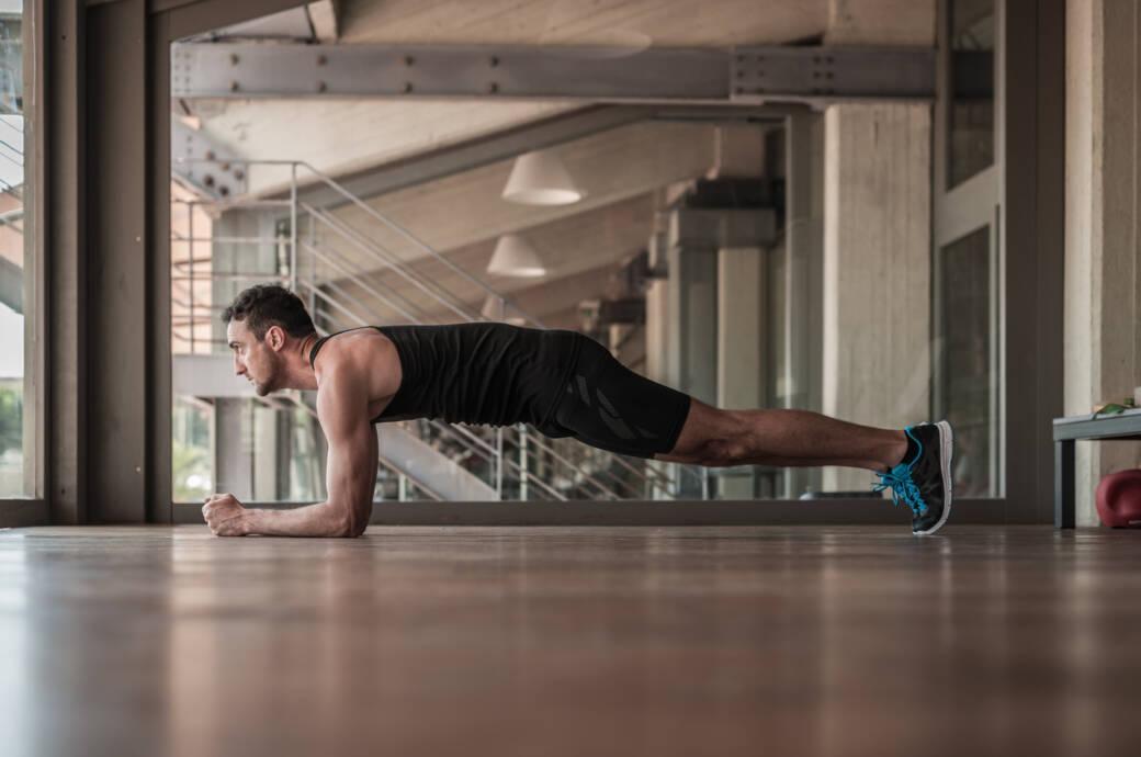 Mann beim Plank