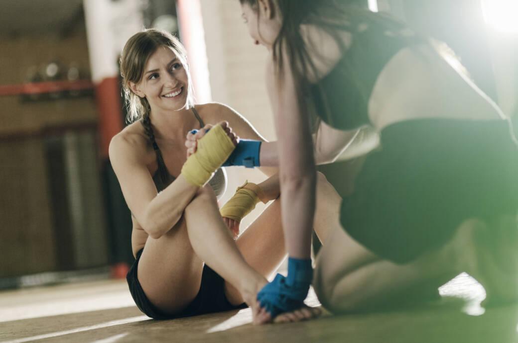 Trainingspartner: weibliche Boxer schütteln sich die Hände