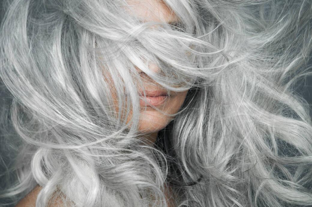 Frau mit langen, grauen Haaren