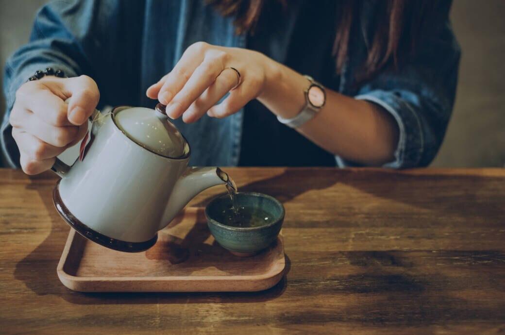 Frau genießt eine Tasse Tee
