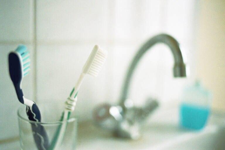 Warum man die Zahnbürste nur abspülen sollte