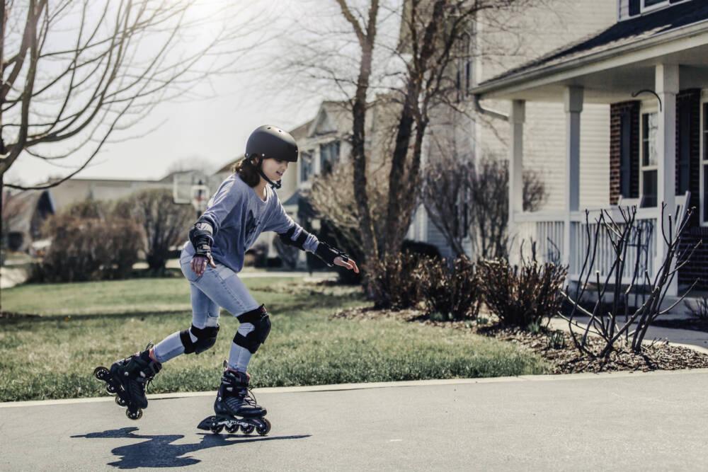 Ein junges Mädchen beim Rollerblading