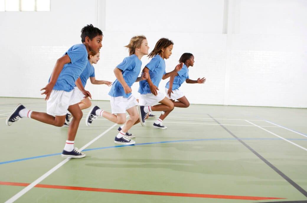 Kinder rennen beim Schulsport