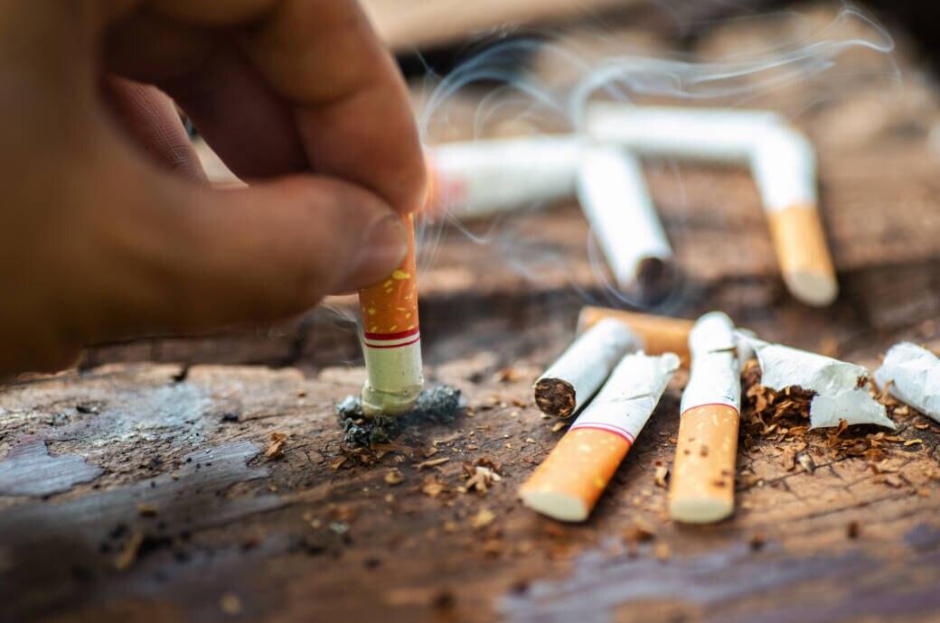 Raucher drückt Zigarette aus