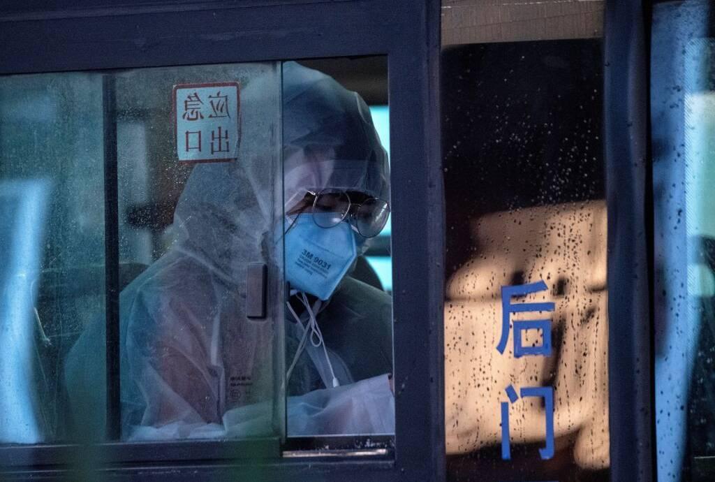 Asiatische Frau trägt Mundschutz zum Schutz vor Coronavirus