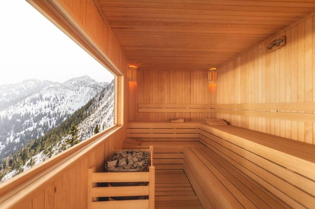 Eine Sauna mit Blick auf eine Berglandschaft im Winter