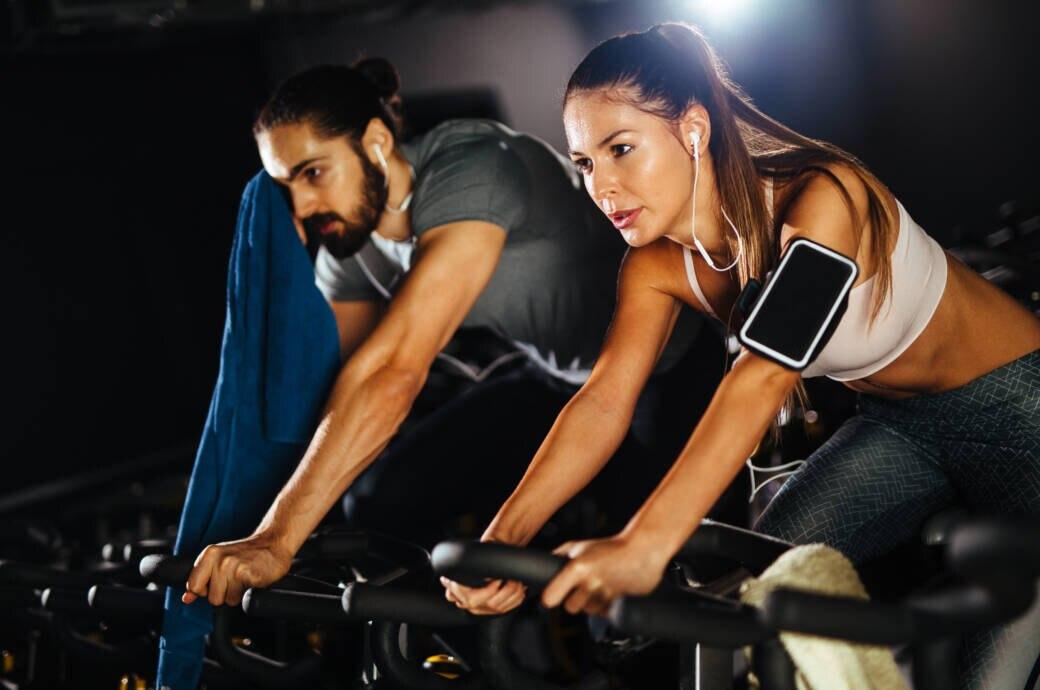 Ein Pärchen beim Indoor Cycling