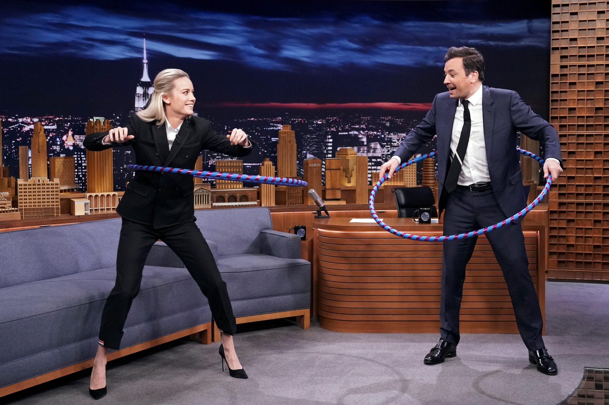 "Brie Larson und Jimmy Fallon machen Hukla-Hoop in ""The Tonight Show"""