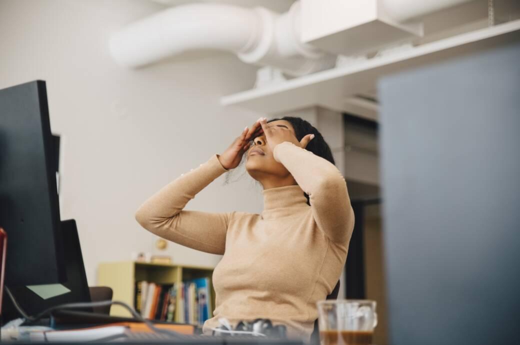 Und plötzlich fallen die Augen zu: Gelegentliche Müdigkeit im Job ist ganz normal. Doch das bedeutet nicht, dass man nichts dagegen tun kann.