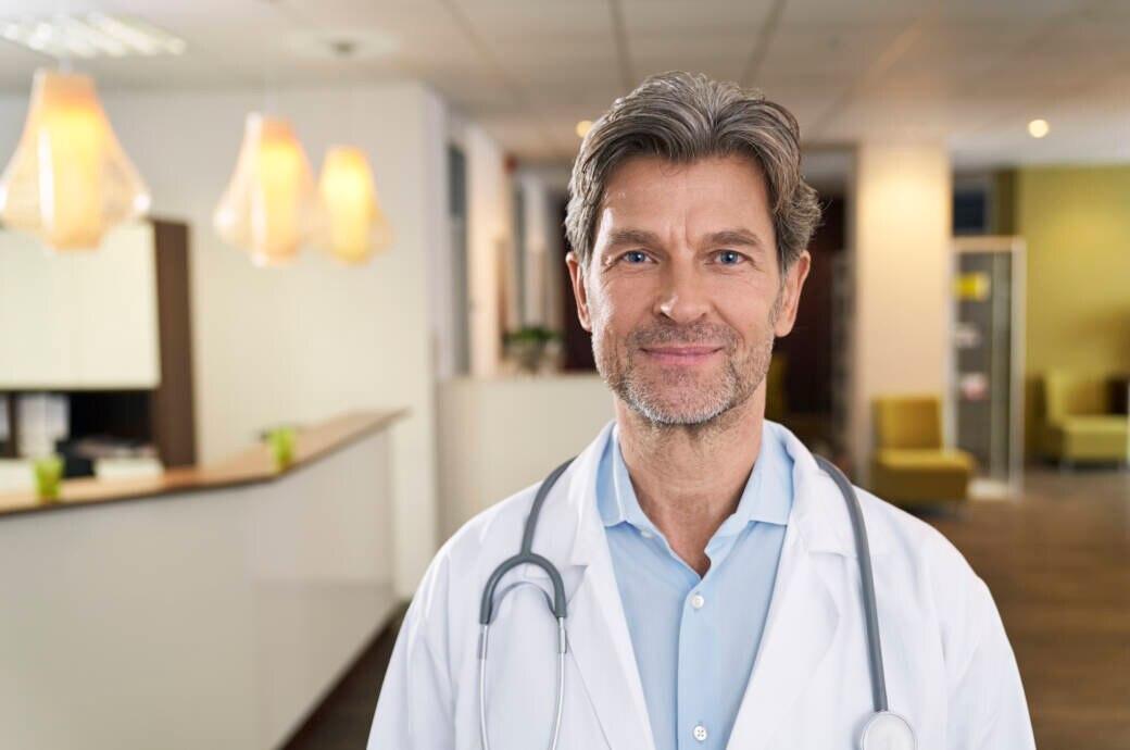 Ein Arzt in seiner Praxis