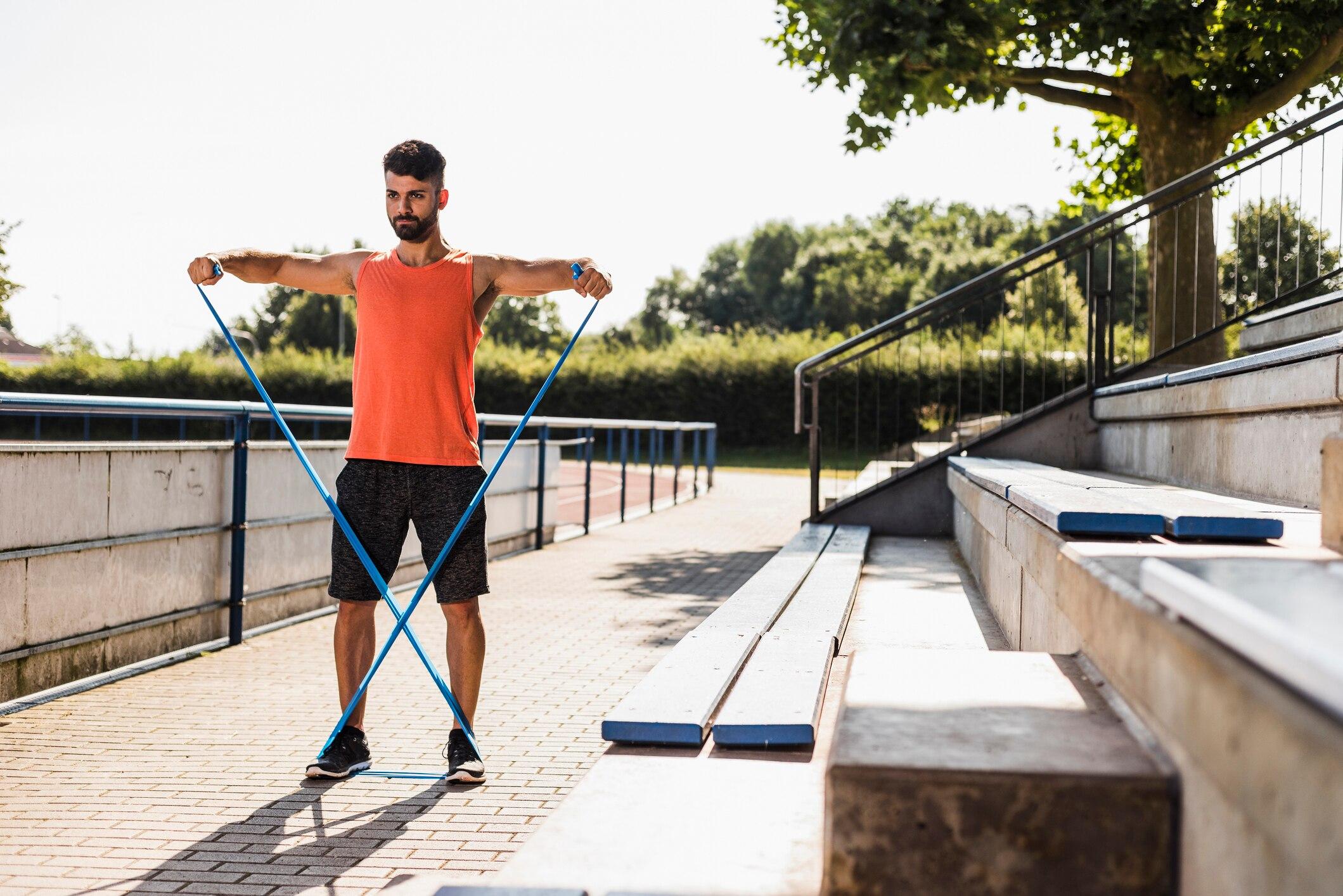 Man beim Trainieren mit Fitnessbändern
