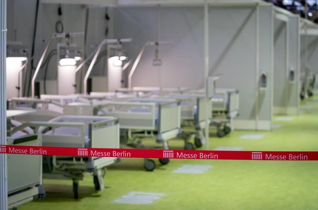 Die Messehalle an der Jafféstraße ist so umgebaut worden, dass dort Platz für rund 500 Patienten wäre, sollten die Krankenhäuser an ihre Kapazitätsgrenzen kommen. Eingeplant wurden Baukosten von mehr als 31 Millionen Euro.