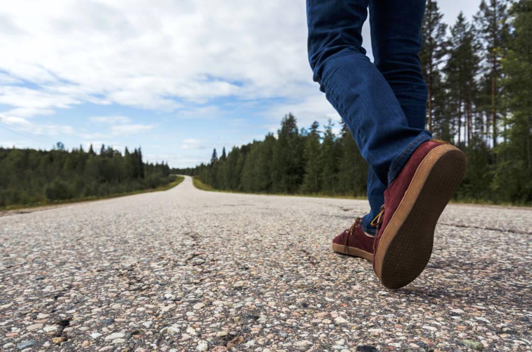 31.000 Schritte täglich: Mann beim Spaziergang