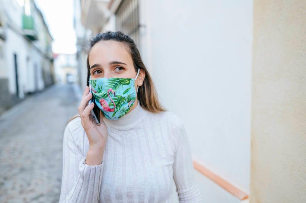 Eine Frau mit einem Mund-Nasenschutz