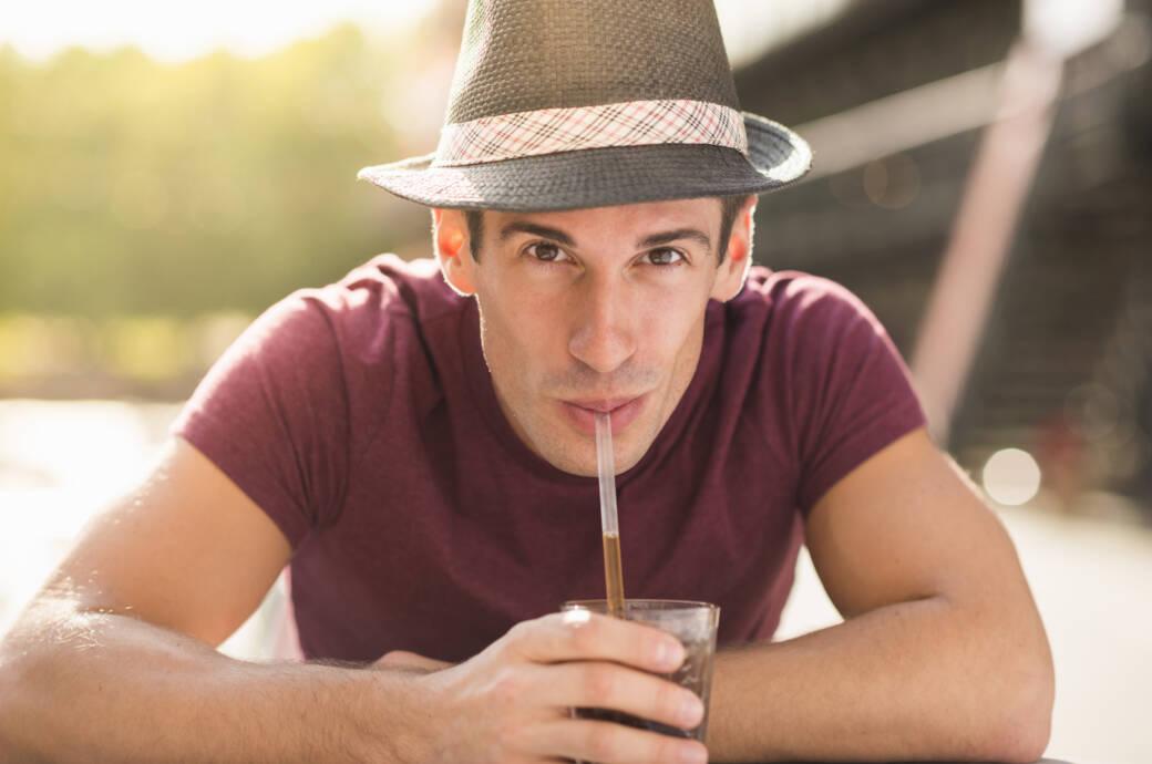 Mann trinkt eine Cola