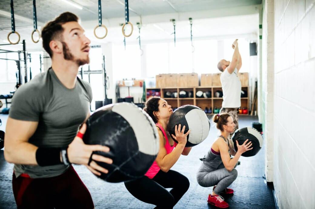 Wann öffnen Fitnessstudios wieder? Menschen beim Training im Gym
