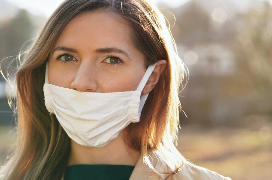 Mund-Nasen-Schutz: Eine Frau trägt die Mund-Nasen-Schutzmaske nur über dem Mund